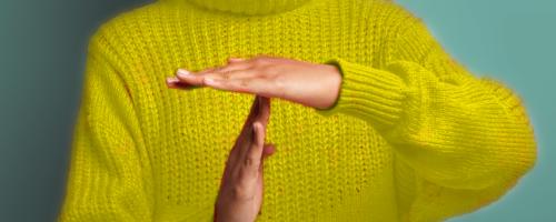 zawieszenie działalności konsekwencja kobieta pokazuje znak przerwy