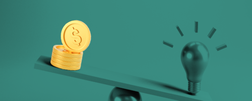 zielone kolory żarówka i monety na wadze balansują